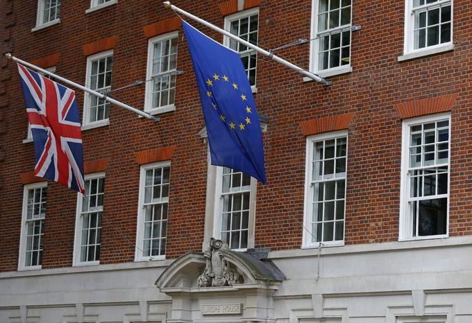 Флаги Британии и Евросоюза над представительством Еврокомиссии в Лондоне. Фото: ODD ANDERSEN/AFP/Getty Images