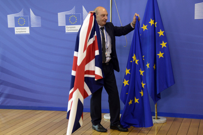 Британский флаг заменяют на флаг ЕС в штаб-квартире Комиссии Европейского союза в Брюсселе. Фото:  AFP / THIERRY CHARLIER        (Photo credit should read THIERRY CHARLIER/AFP/Getty Images