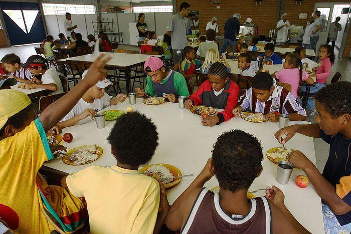 Обед в школе Бразилии. Фото: JEFFERSON BERNARDES/AFP/Getty Images)