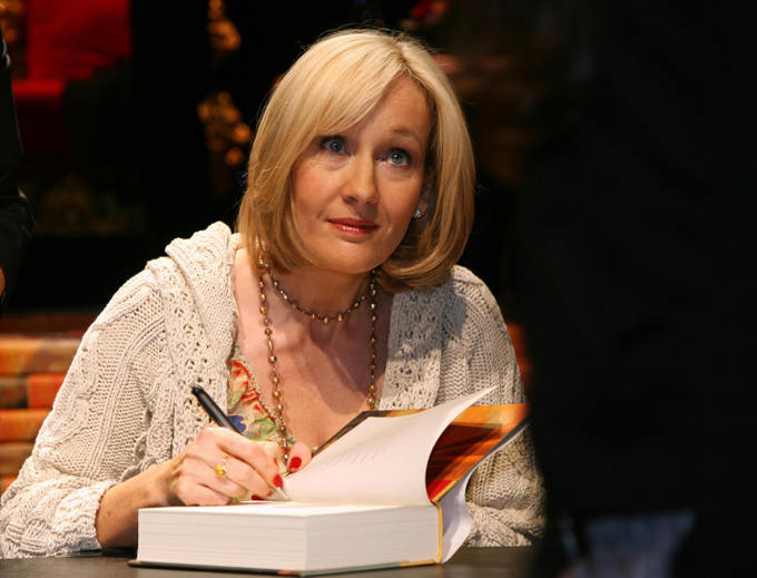 Джоан Роулинг подписывает книги поклонникам. Фото: GABRIEL BOUYS/AFP/Getty Images
