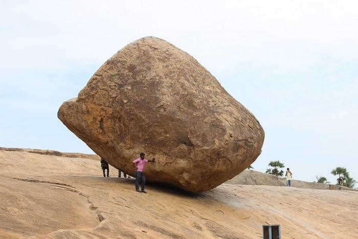 Большой валун, известный как Масляный шар Кришны, в Махабалипурам, Индия. Фото: Татьяна Виноградова/Великая Эпоха.