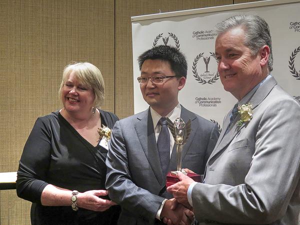 Слева направо: Сьюзен Уоллис, председатель жюри, Леон Ли, режиссёр фильма «Кровавая грань», Дэвид Хайнс, президент Католической академии. Фото: Joyce-Mitchell/ Epoch-Times