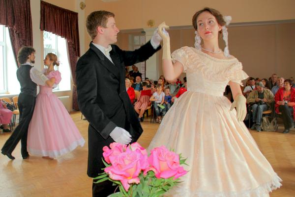 Каждой розе с «музыкальным» названием был посвящён танец. На выставке роз «Розовый вальс» в Никитском саду. Фото: Алла Лавриненко/Великая Эпоха