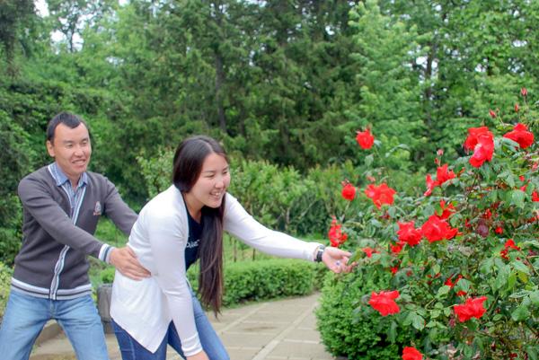 Гости выставки — Ирина и Дмитрий из Бурятии. На выставке роз «Розовый вальс» в Никитском саду. Фото: Алла Лавриненко/Великая Эпоха