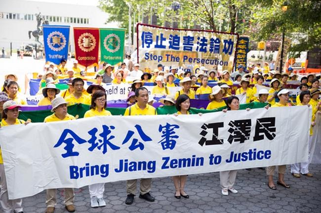 Последователи Фалуньгун требуют отдать под суд Цзян Цзэминя и прекратить репрессии их единомышленников в Китае. Нью-Йорк, напротив здания ООН. Фото: The Epoch Times