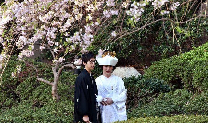 Китайцам нравится играть свадьбы в Японии