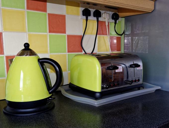 Опасен для детей и электрический чайник. Фото: pixabay.com/CC0 Public Domain