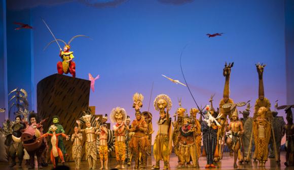 Король обезьян Сунь Укун из классического романа «Путешествие на Запад» стоит слева, премьера мюзикла «Король-лев» в Шанхае. Фото: via DBC