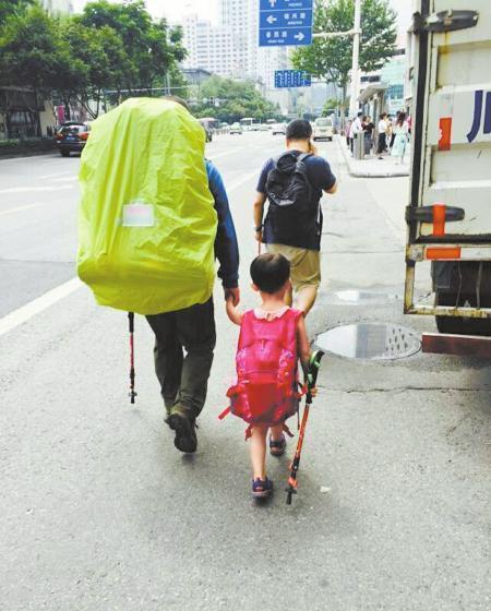 13 июня Вэнь-вэнь прибыла с отцом в Чэнду, стартовый пункт их похода по маршруту Сычуань-Тибет. Фото: via Sina Weibo