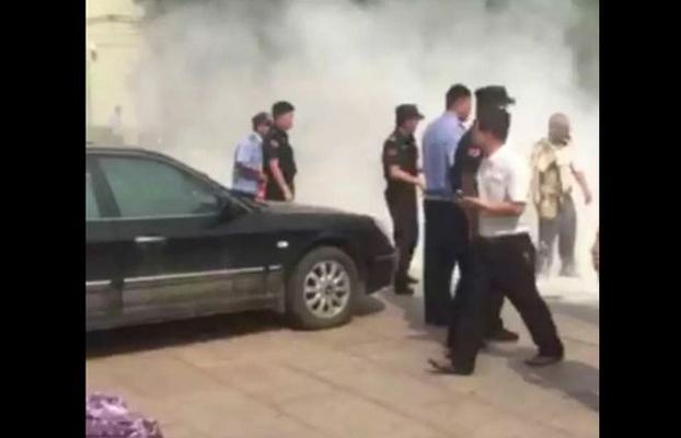 Китаец-мигрант устроил самосожжение, потому что его сыну не дают посещать школу