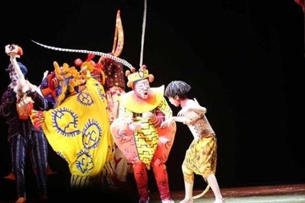 Сунь Укун, король обезьян из китайского классического романа «Путешествие на Запад», в постановке «Король-лев», премьера которой прошла в Шанхайском диснейленде 14 июня. Фото: via DBC
