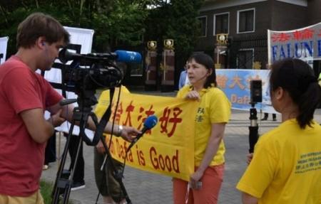 Последователи Фалуньгун призывают Си Цзиньпина остановить репрессии своих единомышленников в Китае. Варшава, Польша. Июнь 2016 года. Фото: The Epoch Times