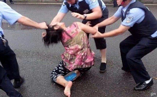 На фоне недовольства власти Китая требуют от граждан подчиняться милиционерам