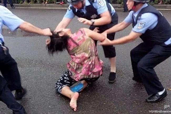 Милиция в Китае часто без необходимости грубо обращается с гражданами. Фото: epochtimes.com