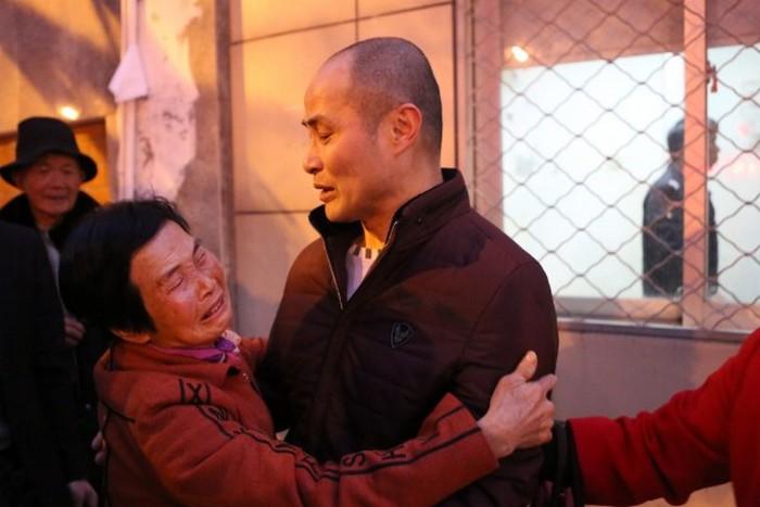 Мать встречает своего сына Сюя Баолиня, который более 20 лет провёл в заключении по сфабрикованному прокуратурой обвинению. Фото: epochtimes.com