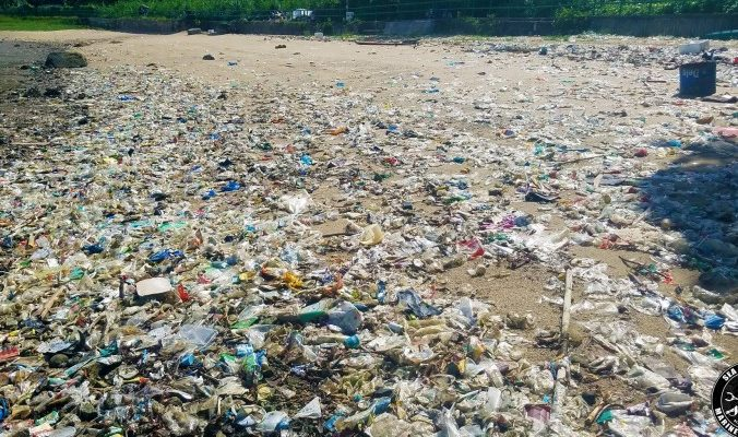 Море мусора из Китая залило пляжи Гонконга