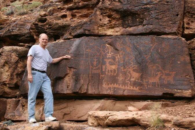Джон А. Рускамп стоит рядом с петроглифами, похожими на китайские, в Найт-Майл-Каньоне, Юта. Фото: Courtesy of John A. Ruskamp