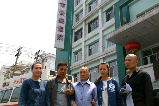 Семья Гао Иси у госпиталя Муданьцзян 9 июня 2016 г.