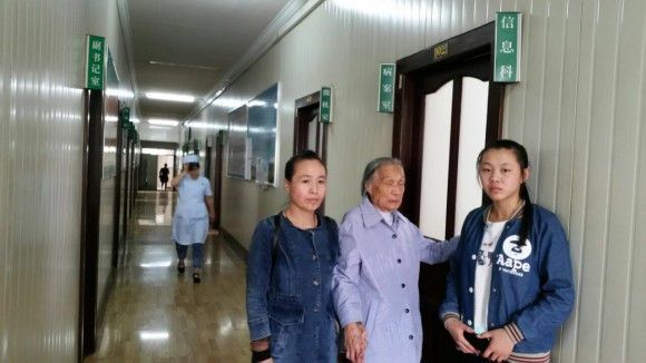 Мать, дочь и сестра Гао Иси пытаются получить информацию в госпитале Муданьцзян 9 июня 2016 г. Фото: Courtesy of family