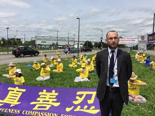 Джофрей, охранник здания ЕС. Фото: Minghui.org