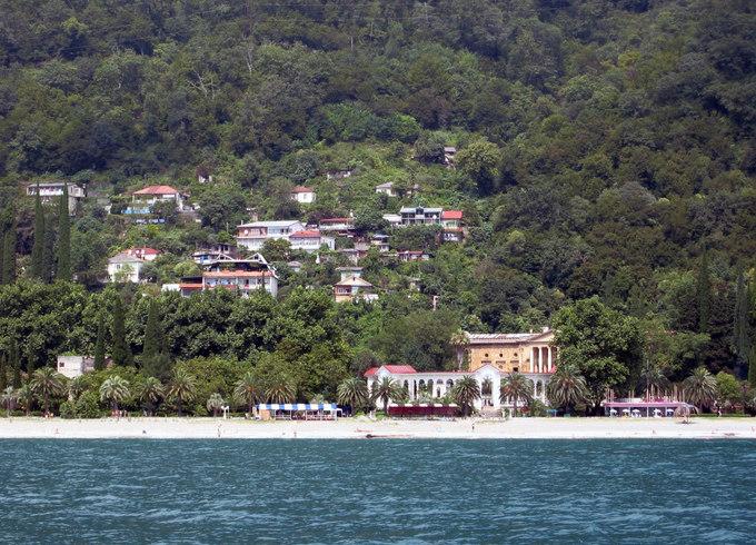 Гагры - знаменитый курорт Абхазии. Из-за беспорядков в стране Абхазия может лишиться туристов. Фото: wikipedia.org/Public Domain
