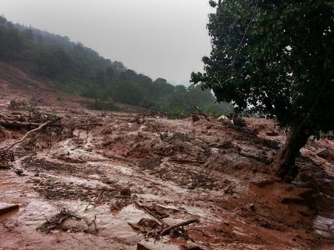 Жители разрушенной оползнем деревни в Индии ждут помощи