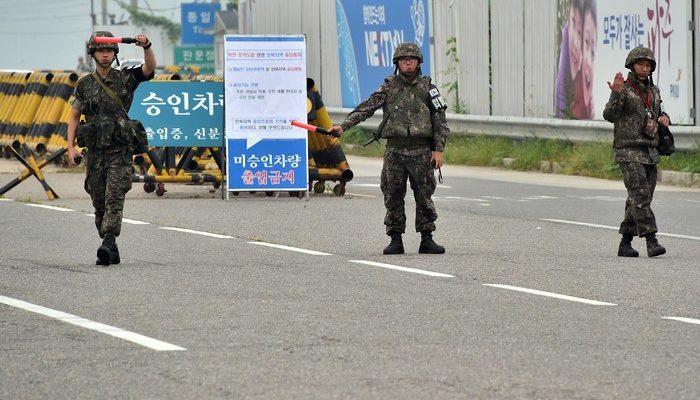 В честь годовщины перемирия КНДР сплавила по реке в Южную Корею листовки с угрозами