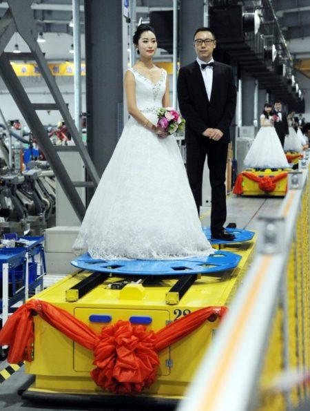 Молодожёны во время групповой свадьбы на роботофабрике в Шэньяне, 20 января 2016 г. Фото: VCG/VCG via Getty Images