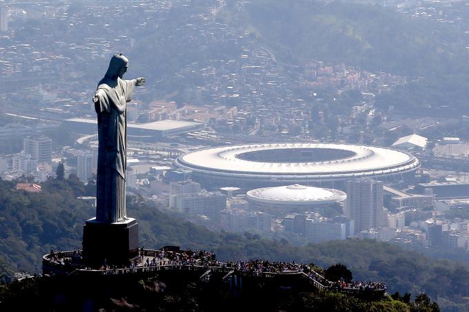 Статуя Христа-Искупителя на фоне Олимпийского стадиона в Рио-де-Жанейро. Фото:  Matthew Stockman/Getty Images