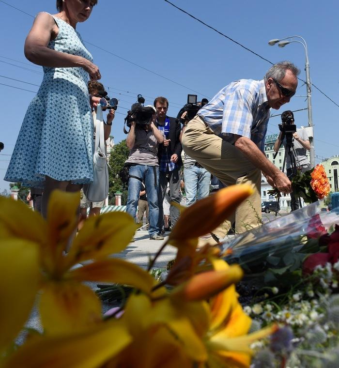 Люди возлагают цветы у посольства Франции в Москве в память о жертвах теракта в Ницце 14 июля, 2016 года. Фото: VASILY MAXIMOV/AFP/Getty Images