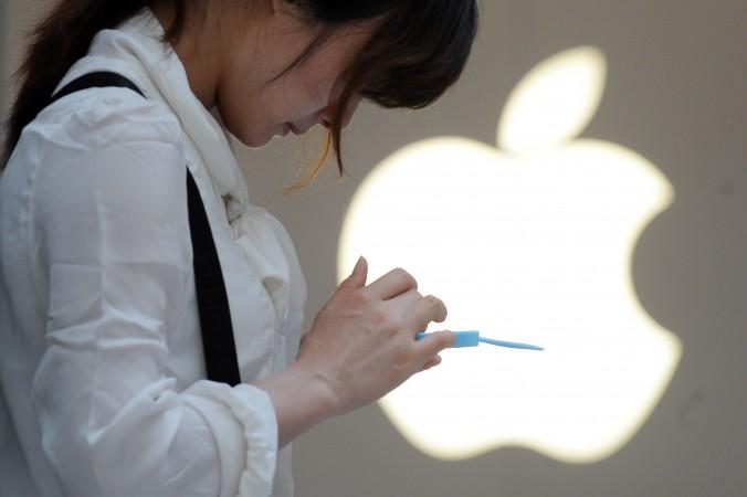 Женщина говорит по мобильному телефону у магазина Apple в Шанхае 7 мая 2012 г. Фото: Peter Parks/AFP/Getty Images