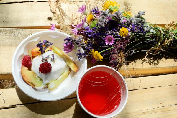 Мороженое с лавандовым сиропом, персиком и малиной. Фестиваль лаванды в городе Алуште на Южном берегу Крыма. Фото: Алла Лавриненко/Великая Эпоха