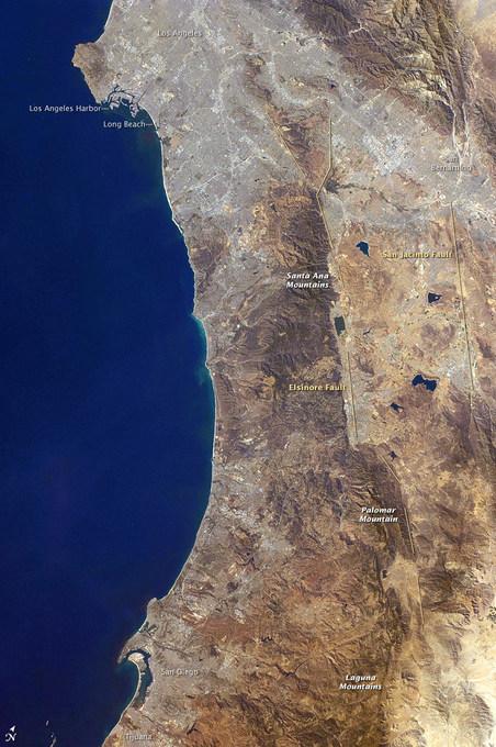 Калифорнийское побережье. Линии справа обозначают разлом Сан-Хасинто, а слева — разлом Эльсинор. Фото: NASA