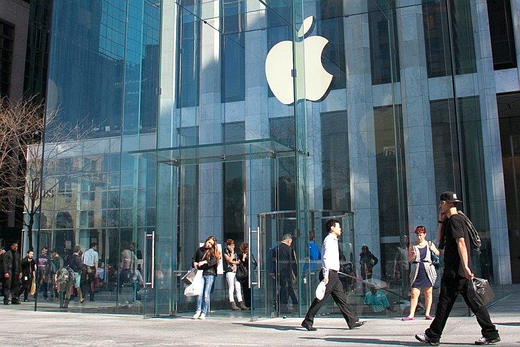 Люди возле флагманского магазина Apple на Пятой авеню в Нью-Йорке. Фото: Benjamin Chasteen/Epoch Times