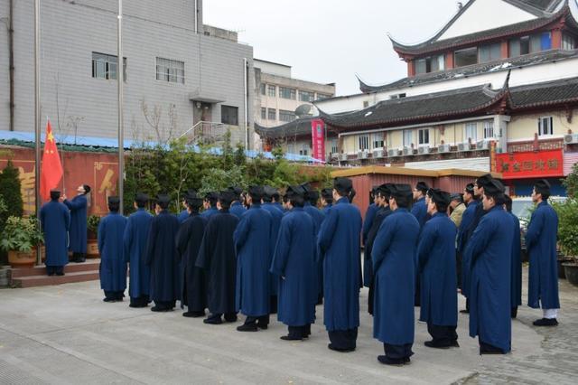 Учащиеся Академии даосизма участвуют на церемонии поднятия флага КНР. Фото: rufodao.qq.com