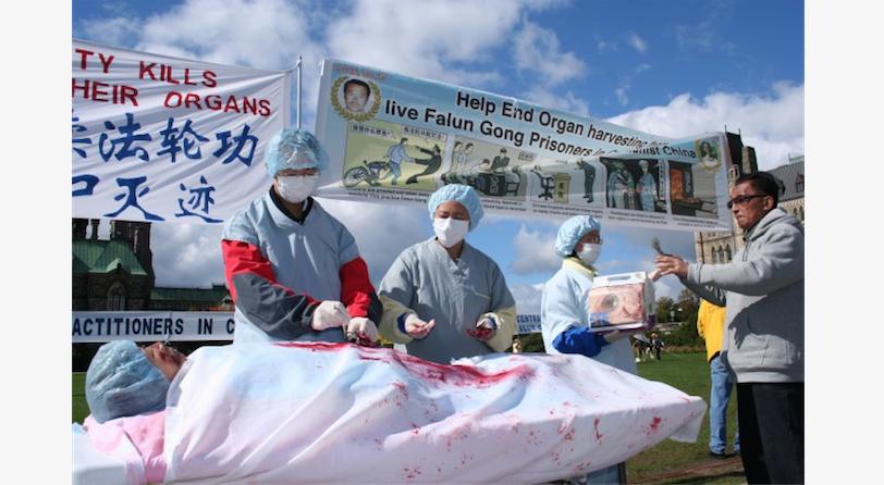 Инсценировка извлечения органов у последователей Фалуньгун в Китае во время акции в Оттаве, Канада, 2008 г. Фото: Epoch Times