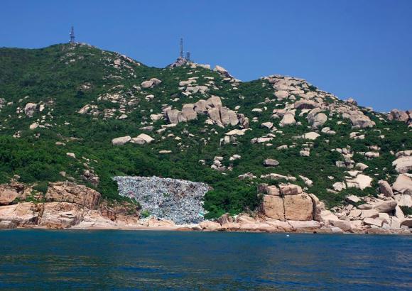 Куча мусора на острове Вай Линдин, провинция Гуандун. Фото: Courtesy of Sea Shepherd Hong Kong Facebook
