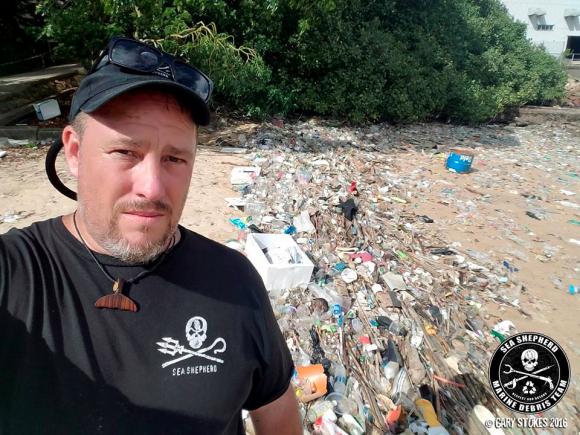 Гэри Строукс, директор азиатского отделения Sea Shepherd, изучает ситуацию с мусором в Лантау, Гонконг. Фото: Courtesy of Sea Shepherd Hong Kong Facebook
