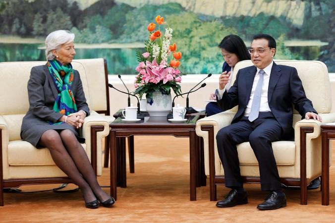 Вице-премьер КНР Ли Кэцян (справа) встретился с директором Международного валютного фонда (МВФ) Кристин Лагард в Большом зале народных собраний в Пекине 23 марта 2015 года. Фото: Lintao Zhang/Getty Images