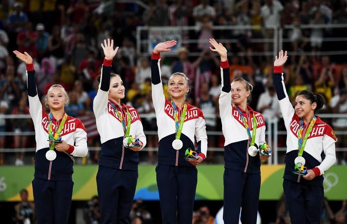 Женская сборная РФ по спортивной гимнастике ― серебряные призёры на Олимпийских играх в Рио-де-Жанейро, 9 августа 2016 года. Фото: Laurence Griffiths/Getty Images