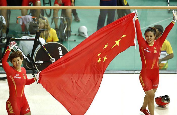 Китайские велогонщицы, завоевавшие золотые медали в командном спринте на Олимпиаде в Рио-де-Жанейро, 12 августа, 2016 год. Фото: ODD ANDERSEN / AFP / Getty Images