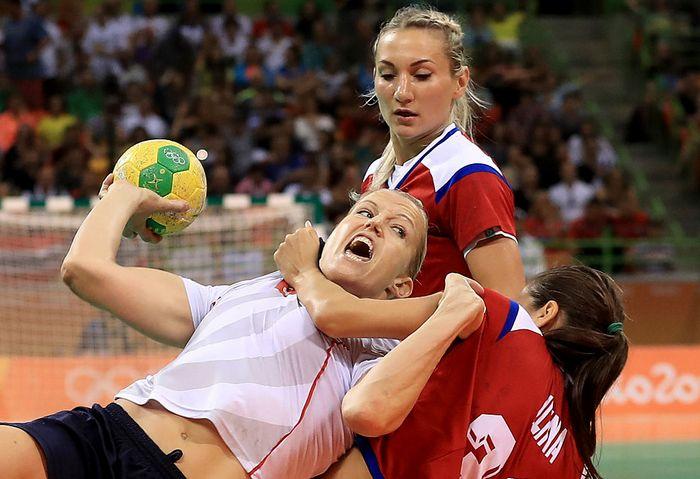 Полуфинальный матч по гандболу между сборными России и Норвегии на Олимпиаде в Рио-де-Жанейро, 18 августа, 2016 год.Фото: Sam Greenwood/Getty Images