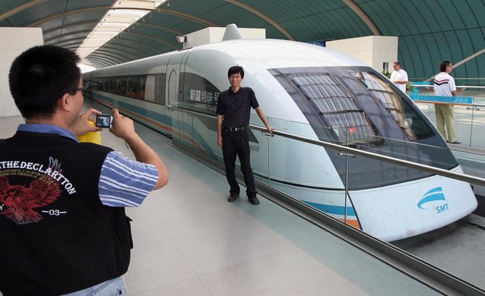 Поезд на магнитной подушке в Шанхае. Фото: MARK RALSTON/AFP/Getty Images
