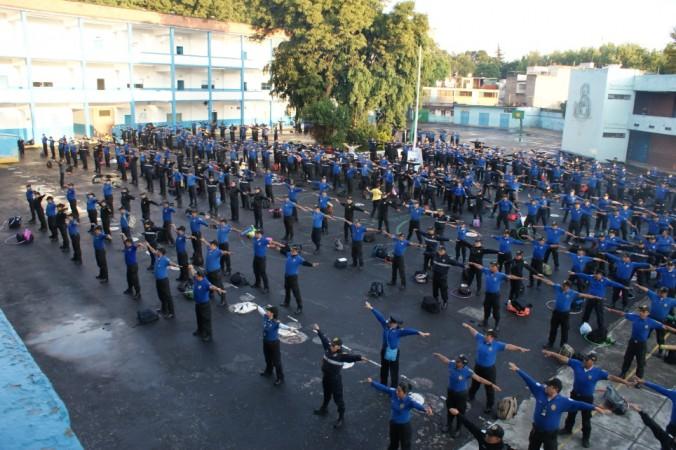 Сотрудники охраны школ в Мехико делают первое упражнение Фалуньгун. Фото: Antonio Domínguez/Epoch Times