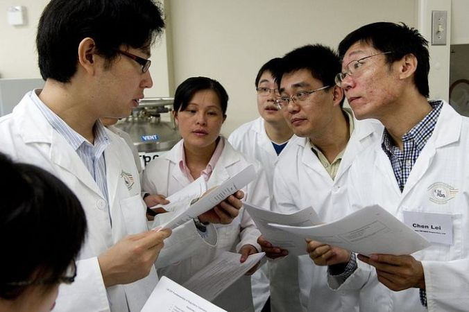 Китайские учёные. Фото SAUL LOEB/AFP/Getty Images