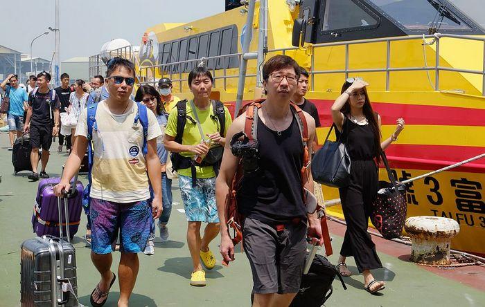 Туристы покидают Тайвань в преддверии тайфуна «Меранти». Фото: SAM YEH/AFP/Getty Images