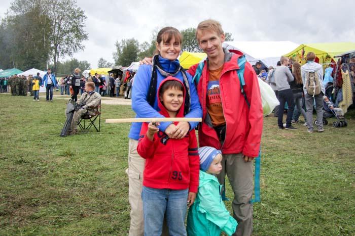 Денис со своей семьёй на фестивале «День Бородина» под Москвой. Фото: Александр Флерко/Великая Эпоха