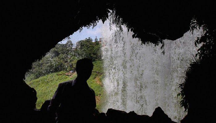 Китайская супружеская пара прожила в пещере полвека