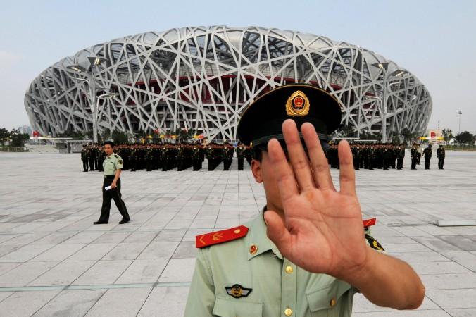 Китайский военный запрещает фотографировать на репетиции военного парада перед началом Олимпийских игр 2008 года в Пекине. Фото: Mark Ralston/AFP/Getty Images