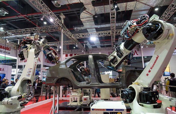 Роботы проводят сварку автомобиля. Фото: STR/AFP/Getty Images